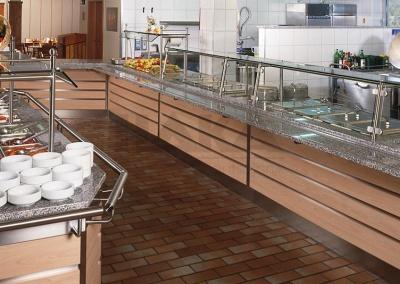Salatbar und Ausgabetheke bei der Fa. Hochland